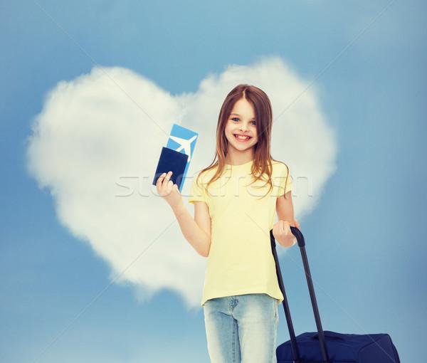 Glimlachend meisje reizen zak ticket paspoort Stockfoto © dolgachov