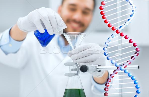 Naukowiec test lejek nauki Zdjęcia stock © dolgachov
