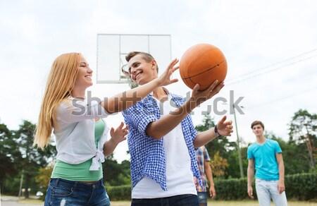 Foto d'archivio: Gruppo · felice · adolescenti · giocare · basket