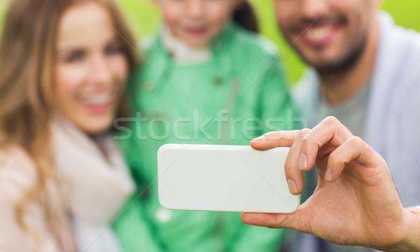 Közelkép család elvesz okostelefon gyermekkor technológia Stock fotó © dolgachov