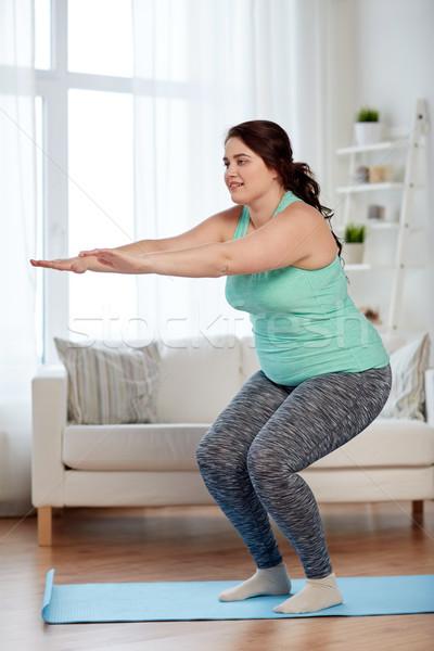 プラスサイズ 女性 行使 ホーム フィットネス スポーツ ストックフォト © dolgachov