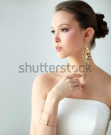 Belle femme boucles d'oreilles glamour beauté bijoux Photo stock © dolgachov