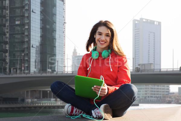 Gelukkig jonge vrouw hoofdtelefoon technologie reizen Stockfoto © dolgachov