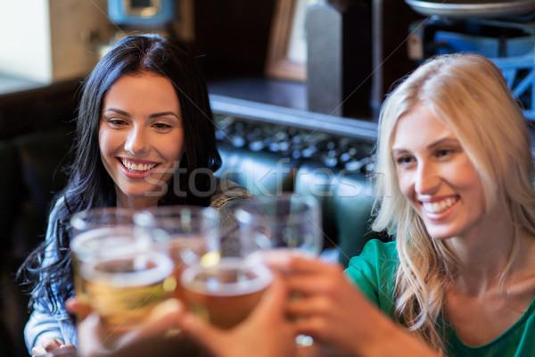 Gelukkig vrouwelijke vrienden drinken bier bar Stockfoto © dolgachov