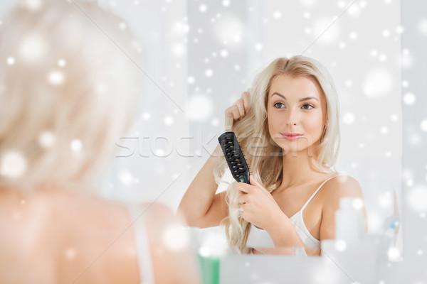 Feliz mulher cabelo pente banheiro beleza Foto stock © dolgachov