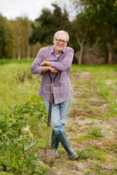 Heureux supérieurs homme pelle jardin ferme Photo stock © dolgachov