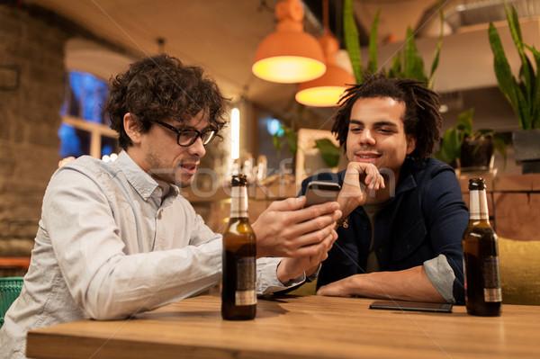 Männer Smartphones trinken Bier bar Veröffentlichung Stock foto © dolgachov
