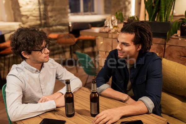 Felice maschio amici bere birra bar Foto d'archivio © dolgachov