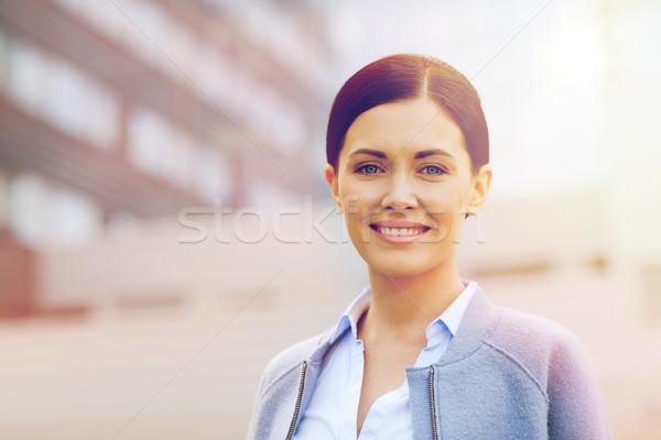Jeunes souriant femme d'affaires immeuble de bureaux gens d'affaires femme Photo stock © dolgachov