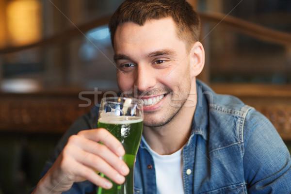Hombre potable verde cerveza bar Foto stock © dolgachov