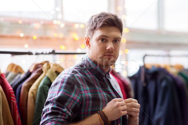 Man kiezen kleding vintage kleding store Stockfoto © dolgachov