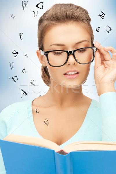 Ernstig vrouw boek heldere foto Stockfoto © dolgachov