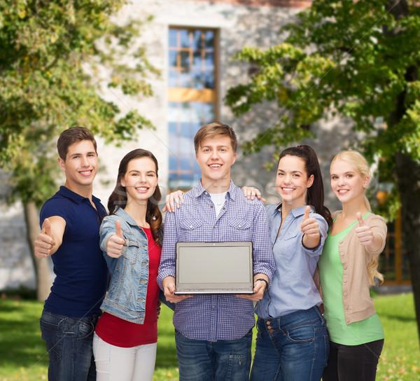 Gülen Öğrenciler dizüstü bilgisayar eğitim Filmi yeni Stok fotoğraf © dolgachov