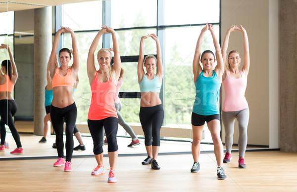 Csoport nők edz tornaterem fitnessz sport Stock fotó © dolgachov