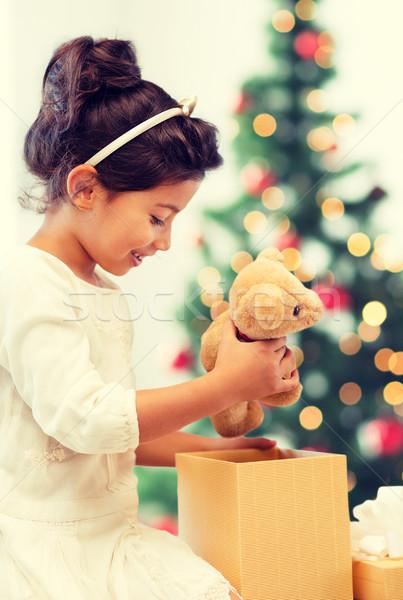 Stock fotó: Boldog · gyermek · lány · ajándék · doboz · plüssmaci · ünnepek