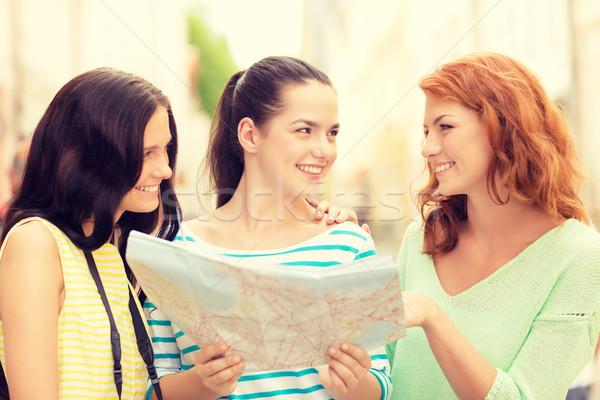 Uśmiechnięty nastolatki Pokaż kamery turystyki podróży Zdjęcia stock © dolgachov
