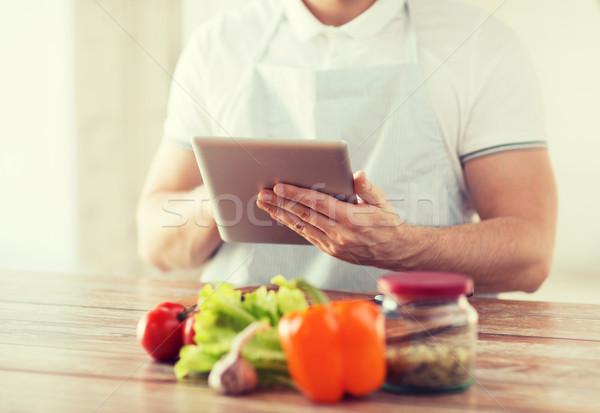 Homme lecture recette cuisson Photo stock © dolgachov
