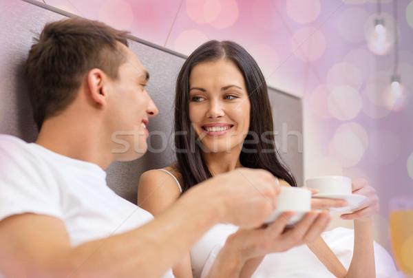Сток-фото: счастливым · пару · питьевой · кофе · кровать · напитки