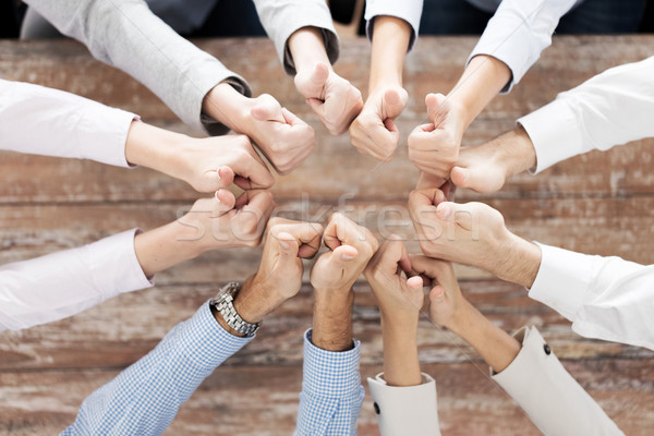 Foto d'archivio: Squadra · di · affari · uomini · d'affari · gesto · lavoro · di · squadra