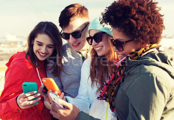 Lächelnd Freunde Smartphones Menschen Freundschaft Cloud Computing Stock foto © dolgachov