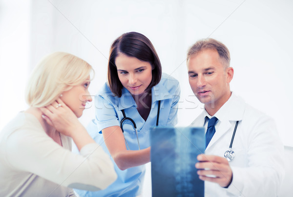 Lekarzy pacjenta patrząc xray opieki zdrowotnej medycznych Zdjęcia stock © dolgachov