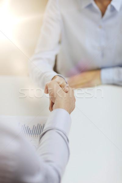 Foto stock: Mujer · de · negocios · empresario · apretón · de · manos · negocios · oficina · manos