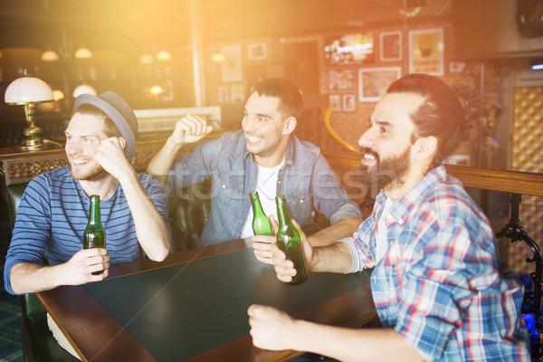 счастливым мужчины друзей питьевой пива Бар Сток-фото © dolgachov