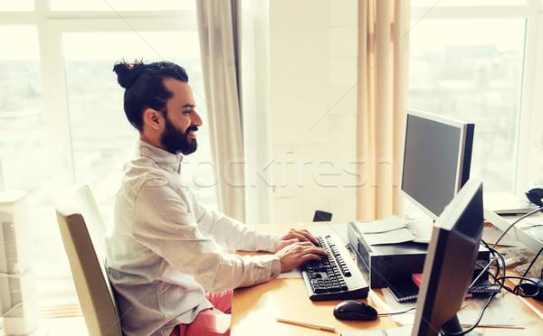 Feliz creativa masculina oficinista ordenador negocios Foto stock © dolgachov