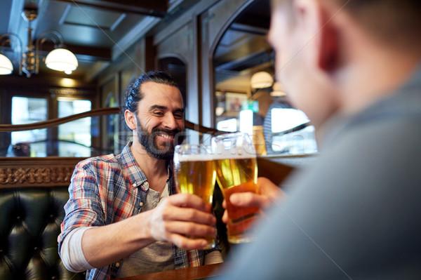 ストックフォト: 幸せ · 男性 · 友達 · 飲料 · ビール · バー
