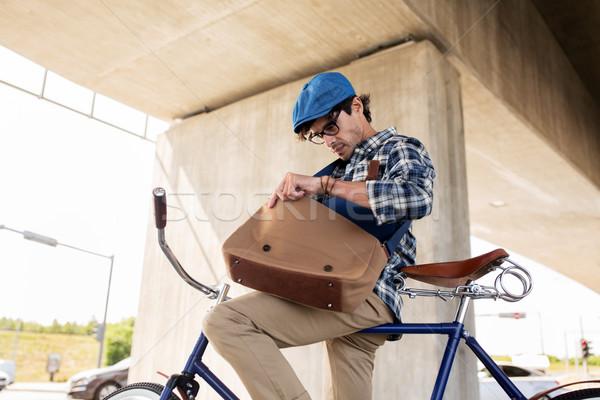 Foto d'archivio: Uomo · bicicletta · guardando · qualcosa · bag