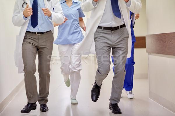 Közelkép orvosok fut kórház egészségügy emberek Stock fotó © dolgachov