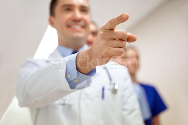 Közelkép orvos mutat ujj kórház hivatás Stock fotó © dolgachov