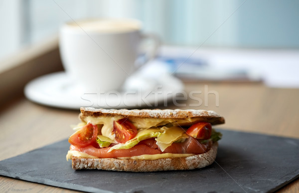 Zalm panini sandwich steen plaat cafe Stockfoto © dolgachov