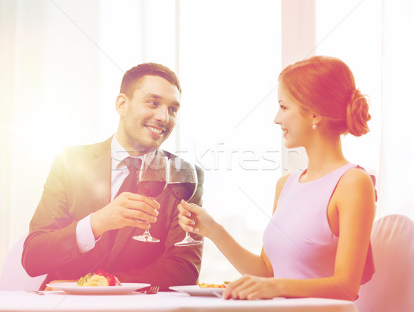 Couple plat principal vin rouge restaurant vacances souriant Photo stock © dolgachov