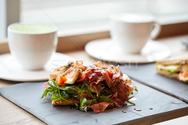 Prosciutto sonka saláta kő tányér éttermi étel Stock fotó © dolgachov