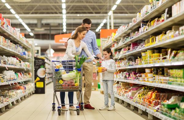 Aile gıda alışveriş sepeti bakkal satış Stok fotoğraf © dolgachov