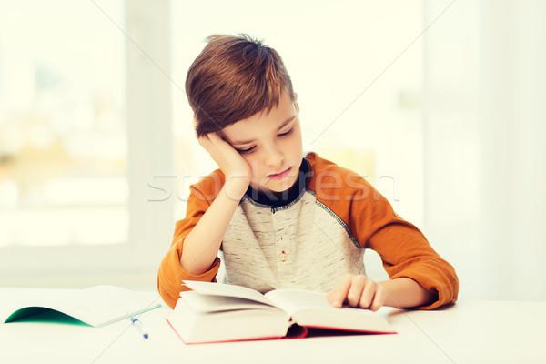 Student chłopca czytania książki podręcznik domu Zdjęcia stock © dolgachov