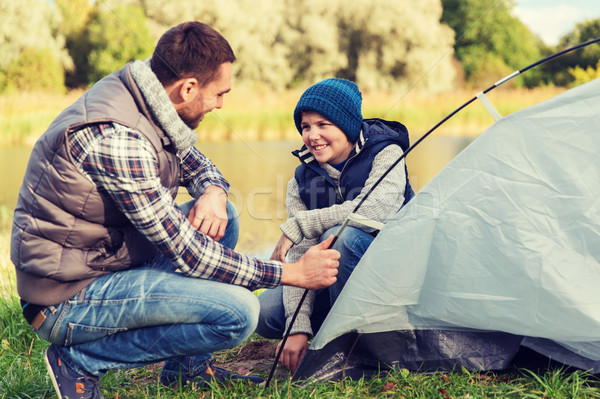 Szczęśliwy syn ojca w górę namiot odkryty kemping Zdjęcia stock © dolgachov