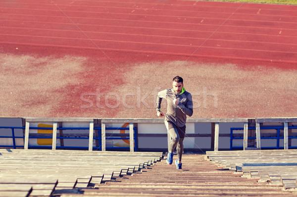 Man lopen naar boven stadion fitness sport Stockfoto © dolgachov