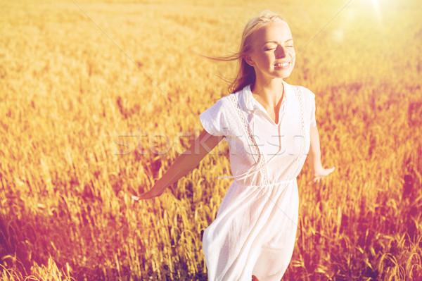 Mosolyog fiatal nő fehér ruha gabonapehely mező vidék Stock fotó © dolgachov