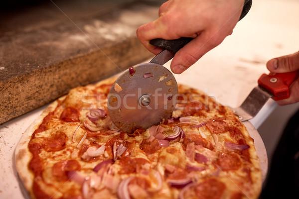Cocinar manos pizza piezas pizzería Foto stock © dolgachov