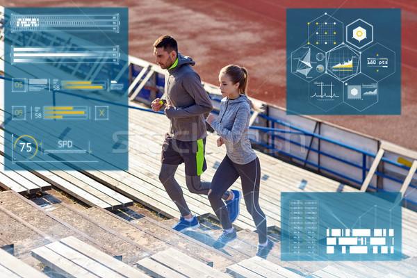 Paar lopen naar boven stadion fitness Stockfoto © dolgachov