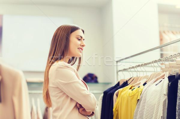 Stock fotó: Boldog · fiatal · nő · választ · ruházat · bevásárlóközpont · vásár