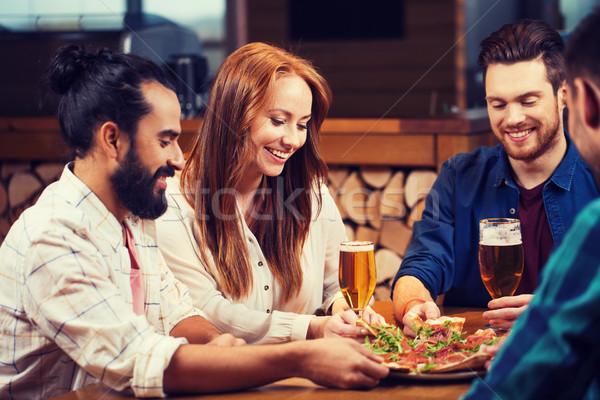 Stockfoto: Vrienden · pizza · bier · pizzeria · recreatie