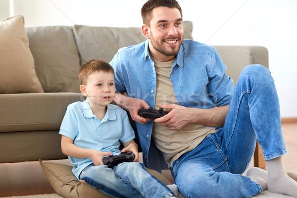 Père en fils jouer jeu vidéo maison famille paternité Photo stock © dolgachov