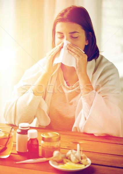 ストックフォト: 病気 · 女性 · 薬 · 鼻をかむ