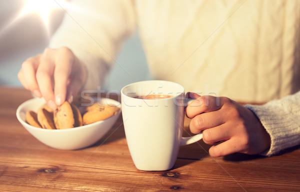 Vrouw cookies warme chocolademelk winter voedsel Stockfoto © dolgachov