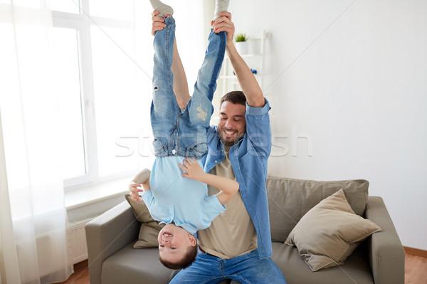 Vader zoon spelen home familie jeugd Stockfoto © dolgachov