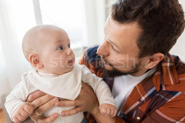 Vader weinig baby jongen home Stockfoto © dolgachov