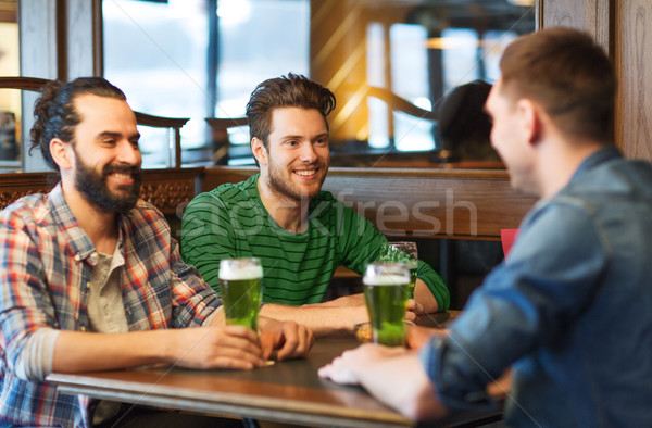 Mannelijke vrienden drinken groene bier bar Stockfoto © dolgachov